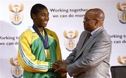 <p>Presidente da África do Sul, Jacob Zuma, parabeniza a atleta campeã mundial dos 800 metros Caster Semenya em Pretória. 25/08/2009. REUTERS/Siphiwe Sibeko</p>