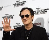 """<p>El director de """"Inglourious Basterds"""", Quentin Tarantino, saluda en el estreno del filme en Hollywood, 10 ago 2009. La película ambientada en la Segunda Guerra Mundial del director Quentin Tarantino """"Inglourious Basterds"""", el único filme estadounidense que ganó este año un premio en Cannes, lideró la taquilla británica durante el fin de semana pasado. La historia sobre un plan para asesinar a los principales líderes nazi en Francia, protagonizada por Brad Pitt y Cristoph Waltz, ganó 3,59 millones de libras esterlinas, según Screen International. REUTERS/Mario Anzuoni</p>"""