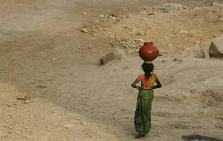 A girl carries water in an earthen pot in Ore Village near Abu Road, in the northern Indian state of Rajasthan in this May 6, 2009 file photo. REUTERS/Arko Datta/Files