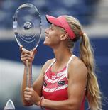 <p>Елена Дементьева празднует победу на турнире Rogers Cup в Торонто 23 августа 2009 года. Четвертый номер в рейтинге сильнейших теннисисток планеты россиянка Елена Дементьева впервые представит Россию на Кубке Хопмана в Австралии в следующем году. REUTERS/Mark Blinch</p>