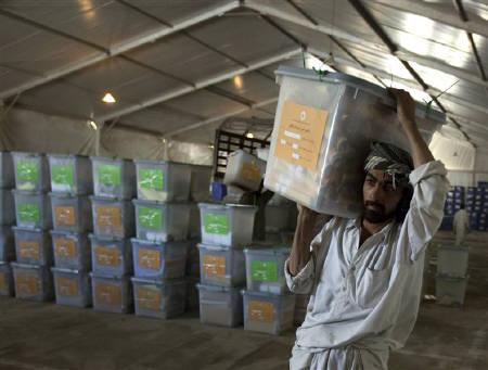 8月26日、アフガン大統領選の投票箱が輸送中の米軍ヘリから落下していたことが明らかに。写真はカブールの選挙管理委員会で投票箱を運ぶ男性。24日撮影(2009年 ロイター/Adrees Latif)