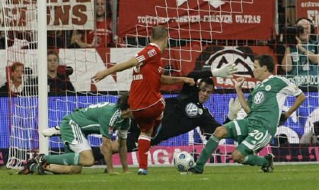 Bayern Munich's new soccer player Arjen Robben scores his second goal during the German Bundesliga first division soccer match against VfL Wolfsburg in Munich August 29, 2009. REUTERS/Stringer
