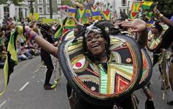 <p>Una bailarina en el desfile durante el Carnaval anual en Notting Hill, en Londres. Miles de personas atestaron las estrechas calles de Londres el domingo para celebrar el carnaval anual de Notting Hill, mientras las autoridades ordenaban medidas drásticas contra los ensordecedores sistemas de sonido. ago 30, 2009 REUTERS/Stephen Hird (GRAN BRETAÑA)</p>