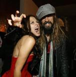 """<p>Scout Taylor-Compton (a sinistra)posa con il regista e produttore Rob Zombie dopo la prima di """"Halloween II"""". REUTERS/Mario Anzuoni</p>"""