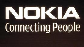 <p>Foto de archivo del logo de la compañía Nokia en su edificio corporativo en Helsinki, 9 jul 2008. Nokia postergó para el año próximo el lanzamiento de su servicio de música en Estados Unidos, el mercado de música más grande del mundo, publicó el lunes la revista Forbes en su sitio de internet, citando a una portavoz de Nokia. REUTERS/Bob Strong</p>