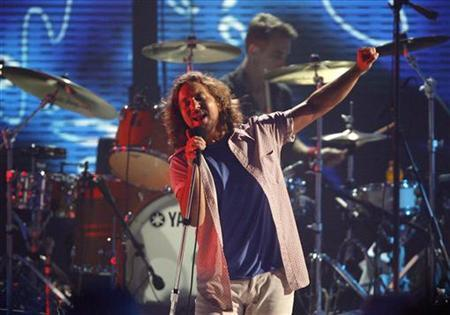 Eddie Vedder of Pearl Jam performs at the taping of the third annual VH1 Rock Honors: The Who concert in Los Angeles July 12, 2008. The concert airs on VH1 on July 17. REUTERS/Mario Anzuoni