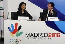 <p>A sinistra Nawal El Moutawakel, che dirige la commissione di valutazione del Comitato olimpico internazionale, accanto a Gilbert Felli, direttore esecutivo delle Giochi olimpici per il Cio, alla conferenza stampa di presentazione della candidatura di Madrid per ospitare le Olimpiadi 2016. La foto è stata scattata l'8 maggio scorso. REUTERS/Andrea Comas</p>