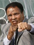 <p>O tricampeão mundial dos pesos pesados Muhammad Ali simula golpes de boxe REUTERS/Shaun Best (Newscom TagID: rtrphotos2495003)</p>