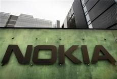 <p>Nokia a dévoilé trois nouveaux téléphones portables, dont un modèle compact de son smartphone N97, et annoncé un accord avec le site internet Facebook. /Photo d'archives/REUTERS/Bob Strong</p>