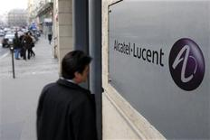 <p>Une fois redressé, Alcatel-Lucent pourrait faire figure de cible dans un secteur qui doit se consolider, mais des experts privilégient un scénario occidental, en dépit de la rumeur de reprise par un concurrent chinois qui a fait flamber le titre jeudi dernier. /Photo d'archives/REUTERS/Charles Platiau</p>