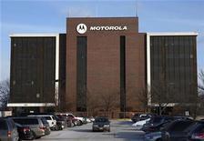 <p>Foto de archivo de la sede del edificio Motorola en Schaumberg, EEUU, 3 feb 2009. Las acciones de Motorola Inc subieron más del 11 por ciento el miércoles, porque los inversores se abalanzaron sobre el papel antes de la presentación del teléfono Android, prevista para el 10 de septiembre. REUTERS/John Gress</p>