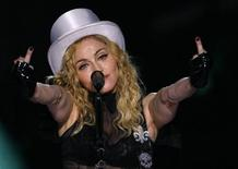 """<p>La cantante pop estadounidense Madonna en un concierto de su gira """"Sticky and Sweet"""" en Bucarest, 26 ago 2009. Madonna rompió su propio marca y estableció un nuevo récord como la gira de un artista solista con mayor recaudación, aunque tuvo que tocar en recintos más grandes, de acuerdo a datos difundidos el miércoles por la promotora Live Nation Inc. La gira mundial de la cantante pop """"Sticky & Sweet"""", que dura un año y llegó el miércoles a Israel, ya recaudó 408 millones de dólares luego de 85 conciertos ante más de 3,5 millones de fanáticos. REUTERS/Bogdan Cristel</p>"""