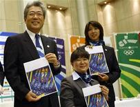 <p>Vice-presidente da candidatura Tóqui 2016, Tsunekazu Takeda, posa ao lado de integrantes da campanha com o relatório de avaliação do COI nas mãos 02/09/2009 REUTERS/Kim Kyung-Hoon</p>