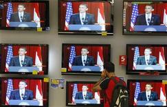 <p>An Israeli watches televisions broadcasting the speech of U.S. President Barack Obama in Cairo, at an electronics shop in Tel Aviv June 4, 2009. REUTERS/Gil Cohen Magen</p>