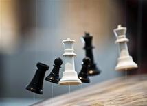 <p>Инсталляция испанского художника Памена Перейры на выставке в Бургосе 29 мая 2009 года. Выступающий за Францию гроссмейстер Владислав Ткачев не смог сделать больше 11 ходов в одном из матчей международного турнира в индийской Калькутте - шахматной партии он предпочел хорошую выпивку и здоровый сон. REUTERS/Felix Ordonez</p>