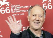 <p>El director alemán Werner Herzog posa para los fotógrafos durante el Festival de Cine de Venecia, 5 sep 2009. REUTERS/Tony Gentile (ITALY ENTERTAINMENT)</p>