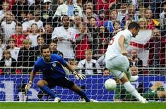 <p>Frank Lampard marca gol de pênalti na vitória da Inglaterra sobre a Eslovênia em amistoso em Londres 05/09/2009 REUTERS/Dylan Martinez</p>