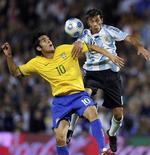 <p>A imprensa argentina reconheceu que a disciplina tática e a contundência da equipe brasileira do técnico Dunga foram suficientes para vencer a seleção alviceleste de Diego Maradona, que agora vê comprometida a classificação para a Copa do Mundo de 2010. REUTERS/Marcos Brindicci (ARGENTINA SPORT SOCCER)</p>