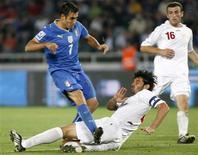 <p>O zagueiro georgiano do Milan Kakha Kaladze marcou dois gols contra que garantiram à Itália uma vitória por 2 x 0 sobre a Geórgia, neste sábado, pelas eliminatórias da Copa do Mundo de 2010. REUTERS/David Mdzinarishvili (GEORGIA SPORT SOCCER)</p>