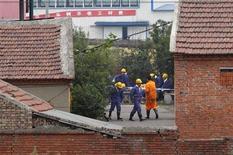 <p>Спасатели работают на угольной шахте, где произошел взыв газа, Пиндиншань, китайская провинция Хэнань 8 сентября 2009 года. Жертвами взрыва на угольной шахте в китайской провинции Хэнань во вторник стали 35 человек, еще 44 шахтера числятся пропавшими без вести, сообщили власти КНР. REUTERS/Stringer</p>