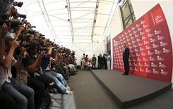 <p>L'attore Usa George Clooney (a destra) davanti ai fotografi al Festival del Cinema di Venezia. REUTERS/Alessandro Bianchi (ITALY ENTERTAINMENT)</p>
