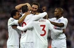 <p>Jogadores ingleses comemoram em partida que garantiu vaga na Copa do Mundo 2010. REUTERS/ Toby Melville</p>