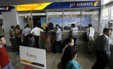 Passengers crowd at the Jet Airways ticketing counters at the domestic airport terminal in Mumbai September 9, 2009. The management of Indian carrier Jet Airways will hold talks with striking pilots' union in New Delhi on Friday. REUTERS/Punit Paranjpe