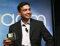 <p>O presidente-executivo da Motorola Sanjay Jha exibe o novo celular da marca, Cliq, que conta com software da Google, em San Fransisco. REUTERS/Robert Galbraith</p>