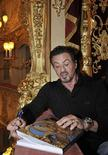 <p>El actor de Hollywood Sylvester Stallone firma un libro mientras visita el teatro La Fenice en Venecia, 11 sep 2009. Stallone recibirá un premio por su trayectoria en el Festival de Cine de Venecia. REUTERS/Michele Crosera</p>