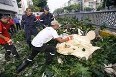 <p>Bomberos cortan un árbol que cayó en un camino en en Caracas durante el sismo, el 12 de septiembre del 2009. REUTERS/Edwin Montilva</p>