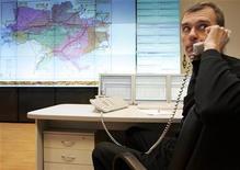 <p>Un uomo al telefono in ufficio. REUTERS/Konstantin Chernichkin</p>