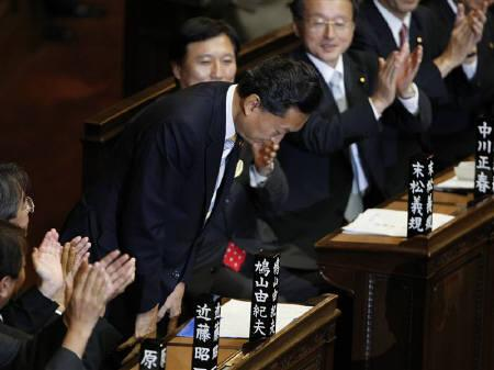 Japan's new ruling Democratic Party of Japan (DPJ) leader Yukio Hatoyama bows as he is applauded by colleagues after being elected as Japan's new prime minister at the Lower House of Parliament in Tokyo September 16, 2009. REUTERS/Toru Hanai