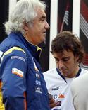 <p>Foto de arquivo mostra o piloto Fernando Alonso junto com Briatore antes de treino no GP de Cingapura. Flavio Briatore disse que se sacrificou para salvar a equipe Renault de Fórmula 1, mas será preciso mais do que a saída do italiano para compensar o dano feito pelas revelações de fraude.27/08/2009.REUTERS/Vivek Prakash/Files</p>