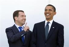 """<p>Президент США Барак Обама (справа) и его российский коллега Дмитрий Медведев позируют для фото на саммите """"Большой восьмерки"""" в итальянской Л'Аквиле 10 июля 2009 года. Президент России Дмитрий Медведев высоко оценил отказ США от размещения системы ПРО в Центральной Европе и в ответ предложил развивать партнерство в области международной безопасности. REUTERS/Tony Gentile</p>"""