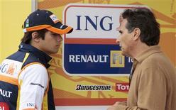 <p>O piloto de F1 Nelsinho Piquet conversa com seu pai durante treino para o GP da Austrália, em Melbourne. O corpo administrativo da Fórmula 1 foi alertado no ano passado sobre as alegações de que a Renault teria fraudado o Grande Prêmio de Cingapura ao ordenar que o brasileiro Nelson Piquet Jr batesse, afirmou um jornal inglês neste sábado.REUTERS/Mark Horsburgh</p>