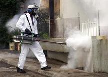 <p>Un operatore impegnato in una disinfestazione per combattere una epidemia di Chikungunya nell'isola di Mauritius. REUTERS/Nita Bhalla</p>