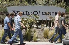 <p>Foto de archivo de unas personas frente a las oficinas de Yahoo! en Santa Monica, EEUU, 19 mayo 2008. Yahoo Inc espera conseguir hasta 500 millones de dólares por una unidad que alberga sitios de internet para pequeñas empresas, tras lanzarlo al mercado hace meses, dijeron dos personas familiarizadas con el asunto. REUTERS/Lucy Nicholson</p>