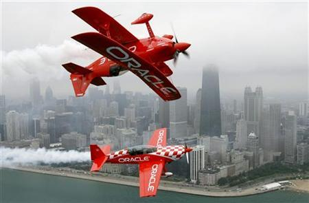 Team Oracle pilot Sean D. Tucker (top) flies with his son Eric W. D. Tucker over Chicago August 16, 2007. REUTERS/John Gress
