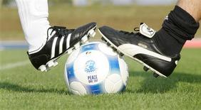 """<p>Les équipementiers sportifs Adidas et Puma ont mis fin à une brouille vieille de 61 ans lors d'un match de football joué lundi à Herzogenaurach, leur ville commune en Allemagne, pour la Journée internationale de la paix. Les frères Adi et Rudolf Dassler possédaient ensemble une usine nommée """"Gebrüder Dassler Sportschuhfabrik"""" mais une brouille conduisit à leur séparation en 1948 et à la division de l'entreprise, Adi baptisant sa firme Adidas tandis que Rudolf nommait la sienne Ruda, avant de la changer par la suite en Puma. /Photo prise le 21 septembre 2009/REUTERS/Michaela Rehle</p>"""