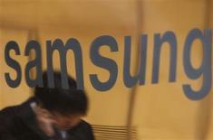 <p>Samsung Electronics, le premier fabricant mondial de mémoires informatiques, reste prudent sur les perspectives du marché des semi-conducteurs, qui émerge à peine de deux ans de crise. /Photo d'archives/REUTERS/Lee Jae-Won</p>