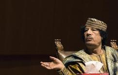 <p>Gheddafi in una foto d'archivio. REUTERS/Alessandro Bianchi (ITALY POLITICS BUSINESS)</p>
