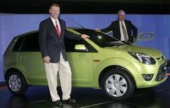 <p>El presidente de Ford Motor Co., Alan Mulally, y el presidente ejecutivo Michael Boneham posan junto a un Ford Figo en Nueva Delhi, India, 23 sep 2009. La estadounidense Ford dijo el miércoles que lanzará la producción de un auto pequeño en India a inicios del 2010, al tiempo que ve señales de recuperación en el mercado estadounidense. La segunda mayor automotriz de Estados Unidos se está enfocando en los autos pequeños, que según la visión de la firma liderarán las ventas. REUTERS/B Mathur</p>