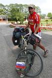 <p>El ciclista de Nepal Pushkar Shah posa con su bicicleta en Katmandú, 23 sep 2009. Un ciclista nepalí que dice que ha recorrido 150 países en bicicleta quiere subir al monte Everest para lanzar un mensaje de paz. Pushkar Shah, nativo de Dolakha, en el noreste de Nepal, ha recorrido unos 220.000 kilómetros en 11 años, durante los cuales fue secuestrado en México y perdió su bicicleta en Nueva Zelanda. REUTERS/Shruti Shrestha</p>