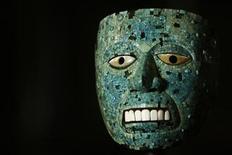 """<p>Foto de archivo de una máscara de cedro y mosaicos en la exposición """"Moctezuma: Aztec Ruler"""" en el Museo Británico de Londres, 7 abr 2009. Una nueva exhibición del Museo Británico de Londres intenta descubrir la verdad acerca de Moctezuma II, el último gobernante electo de los aztecas, y explicar por qué su legado sigue tan dividido. REUTERS/Luke MacGregor</p>"""