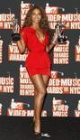<p>Beyoncé exibe seus dois prêmios ganhos no MTV Video Music Awards de 2009 em Nova York. O partido islâmico de oposição na Malásia quer que a cantora norte-americana Beyoncé cancele um concerto planejado no país asiático, dois anos depois que impediu que a artista realizasse outro show, citando questões morais.13/09/2009.REUTERS/Lucas Jackson</p>