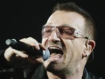 """<p>Солист группы U2 Боно выступает на стадионе Giants в Восточном Радерфорде 23 сентября 2009 года. Ирландская группа U2 решила продлить успешное мировое турне """"360° Tour"""" в 2010 году и в его рамках впервые приедет в Россию. REUTERS/Gary Hershorn</p>"""