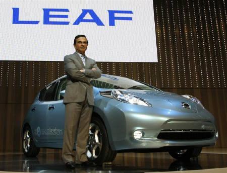 9月24日、ルノーと日産のCEOを務めるカルロス・ゴーン氏(写真)は、自動車が普及しつつあり温室効果ガスの排出削減を目指す国にとって「ゼロエミッション車」が非常に重要との考えを示した。写真は日産の電気自動車「リーフ」。先月撮影(2009年 ロイター/Toru Hanai)