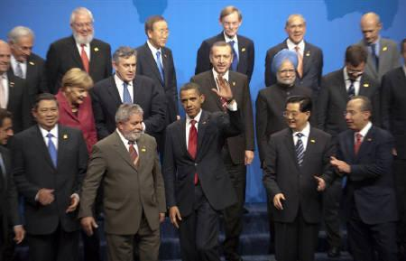 U.S. President Barack Obama waves at the end of the family photo session at the G20 Summit in Pittsburgh, Pennsylvania, September 25, 2009.  REUTERS/Philippe Wojazer
