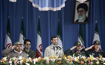 9月27日、イランの国営テレビは、同国の革命防衛隊がこの日始めた軍事演習で、2発の短距離ミサイルの発射実験を行ったと伝えた。写真は軍事パレードを見守るイランのアハマディネジャド大統領(中央)。22日撮影(2009年 ロイター/Raheb Homavandi)