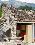<p>Foto de archivo de una casa derruida en Onna destruída por un terremoto a las afueras de L'Aquila, Italia, 24 jun 2009. Investigadores europeos anunciaron el lunes que encontraron la falla que causó un terremoto en una localidad medieval de Italia en abril, donde murieron cerca de 300 personas, y advirtieron que la región podría verse afectada por más sismos. REUTERS/Chris Helgren</p>